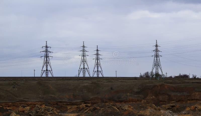 A estação da eletricidade, fecha-se acima das linhas elétricas de alta tensão no por do sol Estação da distribuição da eletricida imagens de stock royalty free