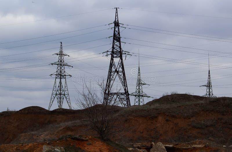 A estação da eletricidade, fecha-se acima das linhas elétricas de alta tensão no por do sol Estação da distribuição da eletricida imagem de stock