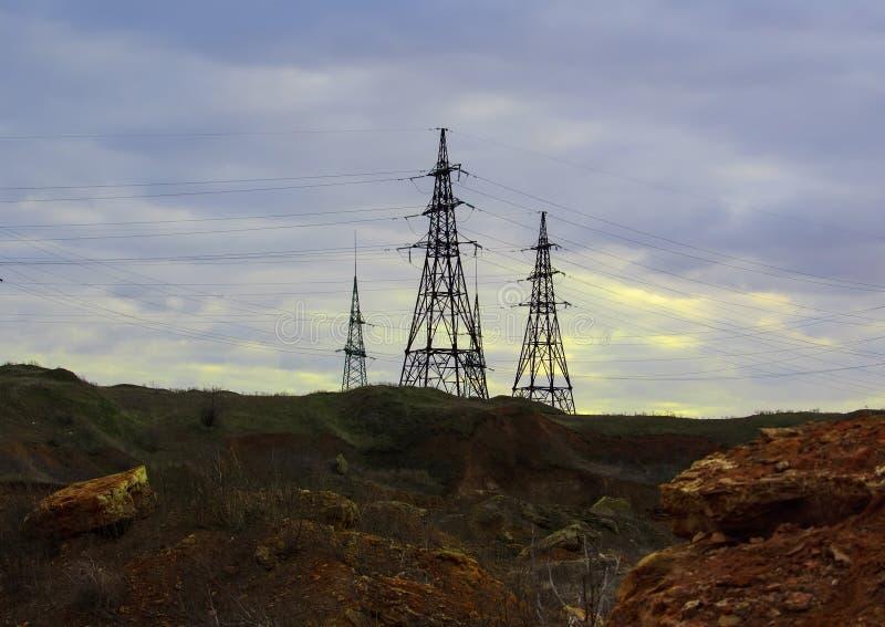 A estação da eletricidade no centro, fecha-se acima das linhas elétricas de alta tensão no por do sol Estação da distribuição da  imagem de stock royalty free