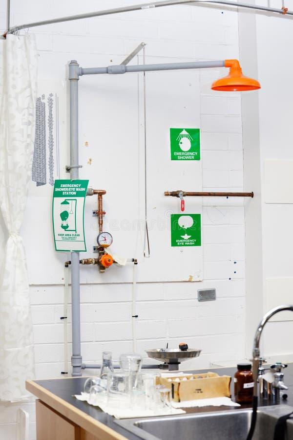 Estação da lavagem do olho do laboratório fotos de stock