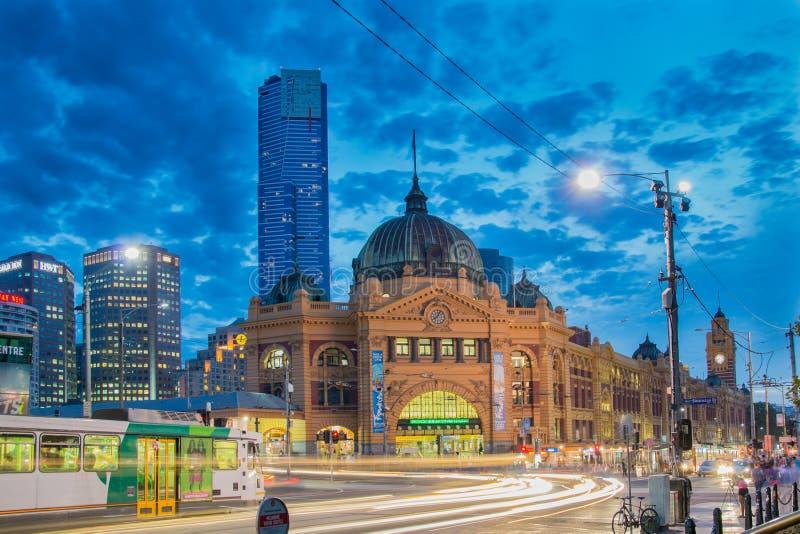 Estação da rua do Flinders em Melbourne na noite imagem de stock