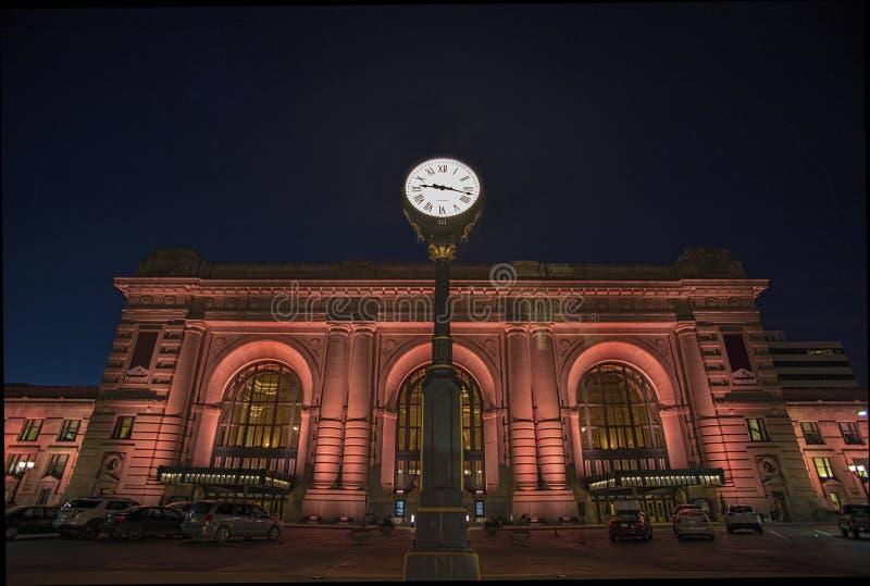 Estação da união, Kansas City, construções, noite imagem de stock