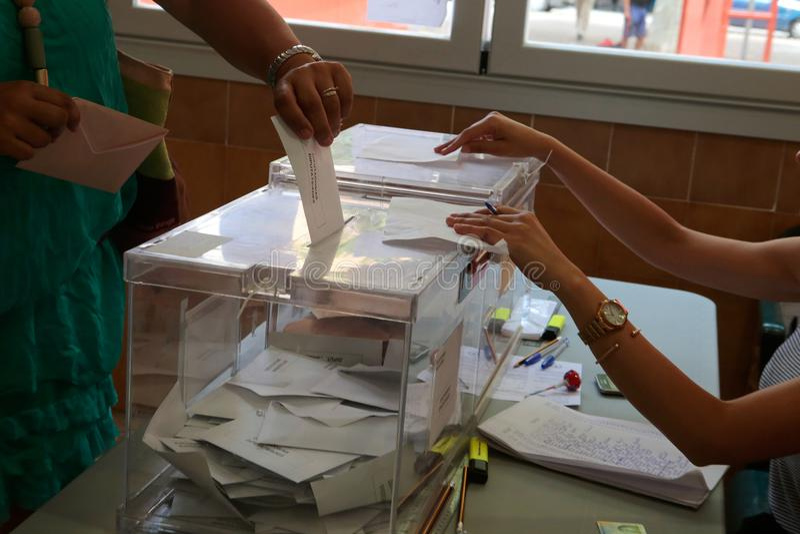 Estação da votação durante o dia de eleições na Espanha imagem de stock