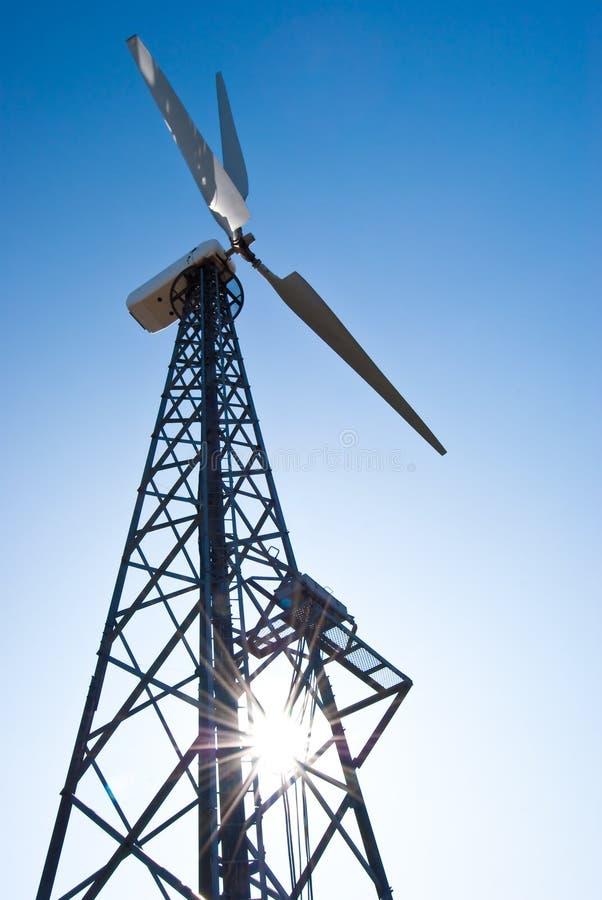 Estação das energias eólicas - turbina de vento de encontro ao azul imagem de stock