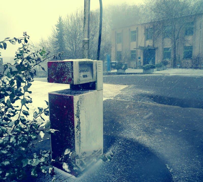 Estação de bomba diesel abandonada fotos de stock