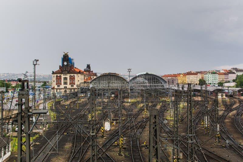Estação de caminhos-de-ferro central de Praha e linhas railway imagem de stock royalty free