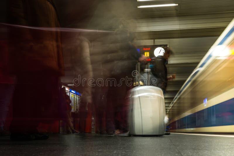 Estação de caminhos-de-ferro destacado AR do curso da prata do bloco da mala de viagem da bagagem fotografia de stock