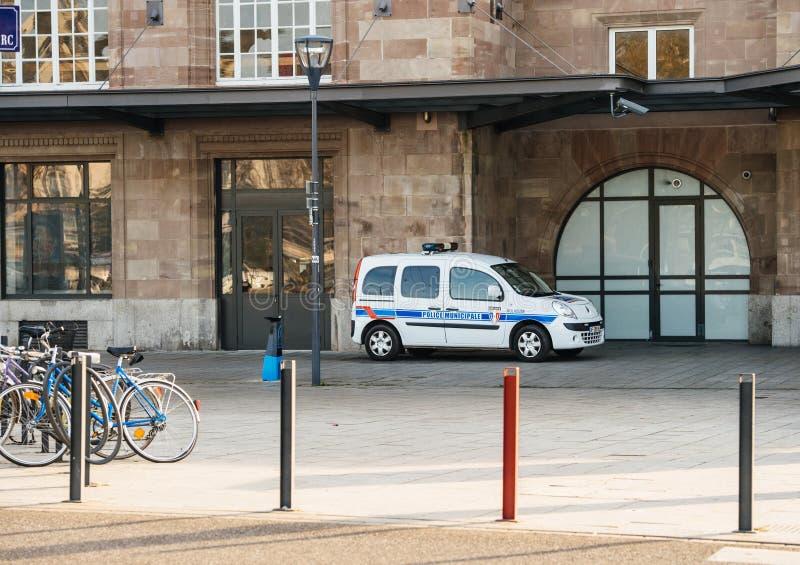 Estação de caminhos-de-ferro exterior estacionado Municipale da polícia da camionete de polícia foto de stock royalty free