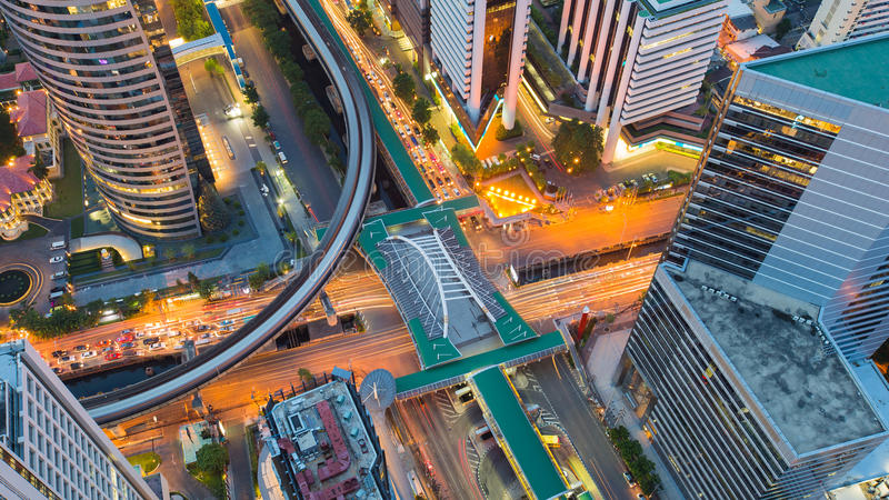 Estação de caminhos-de-ferro intercambiado e do centro da estrada de cidade da vista aérea, opinião da noite imagem de stock