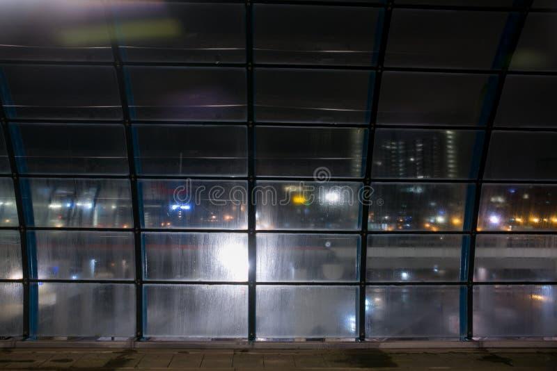 Estação de caminhos-de-ferro longo da exposição na noite fotografia de stock