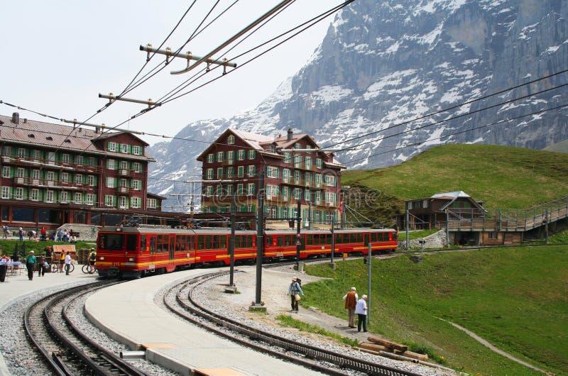 Estação de caminhos-de-ferro nos alpes suíços fotografia de stock