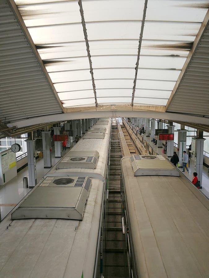 Estação de caminhos-de-ferro claro do trilho imagens de stock royalty free