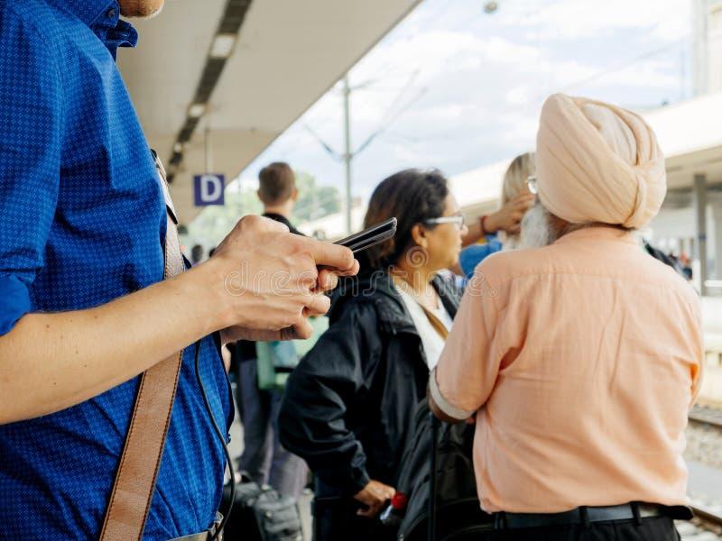 Estação de caminhos-de-ferro em Alemanha com os povos indianos com turbante imagem de stock royalty free