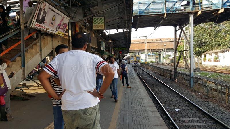 Estação de caminhos de ferro local de Mumbai com passageiros fotos de stock royalty free