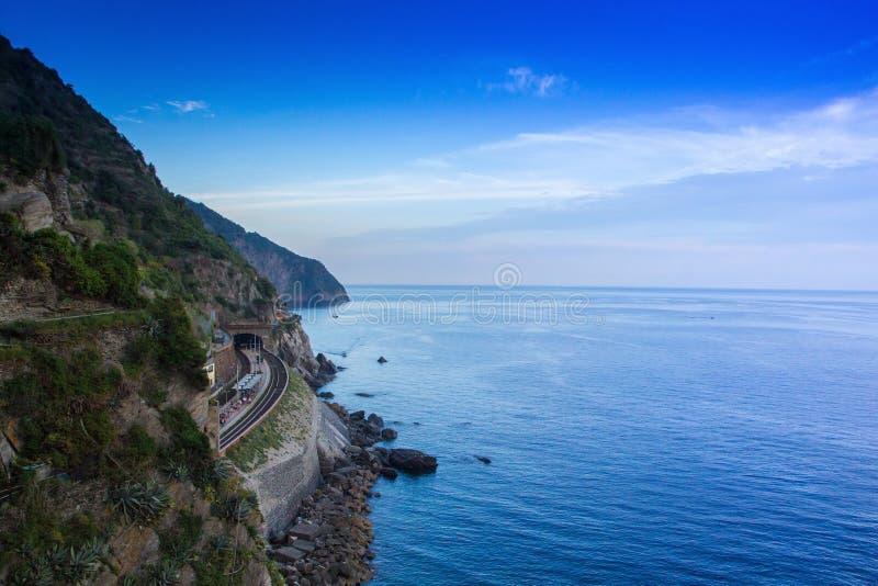 Estação de caminhos de ferro de Manarola, no parque nacional de Cinque Terre, Itália Estrada de ferro com ideias do mar e da noit imagens de stock royalty free