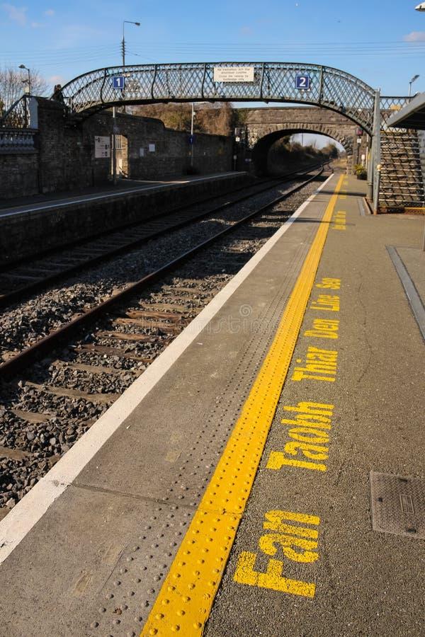 Estação de caminhos-de-ferro mensagem de advertência no irlandês Athy ireland fotografia de stock royalty free