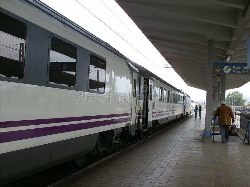 Estação de caminhos de ferro para o embarque e o desembarque dos passageiros foto de stock royalty free