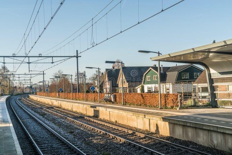 Estação de caminhos-de-ferro vazio na vila holandesa pequena durante o inverno imagem de stock