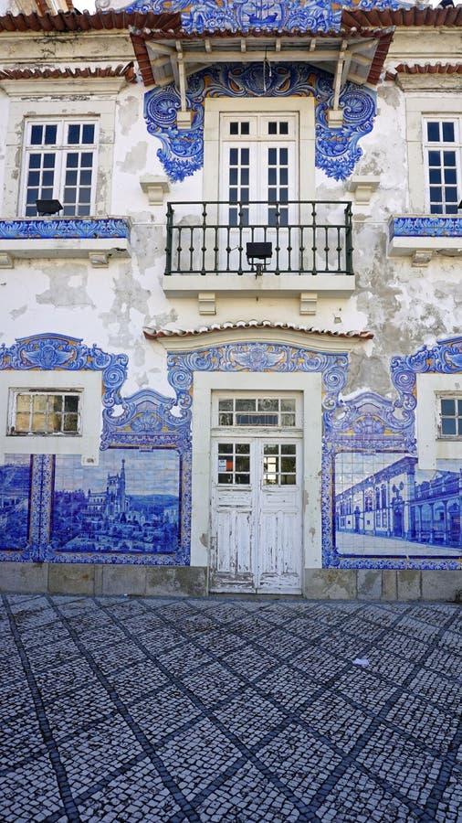 estação de caminhos de ferro velho colorido de aveiro em Portugal fotos de stock