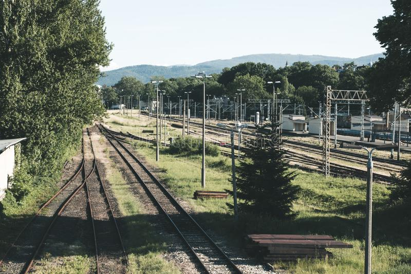 Estação de caminhos-de-ferro velho vazio, muitos trilhos em um fundo da montagem imagens de stock royalty free