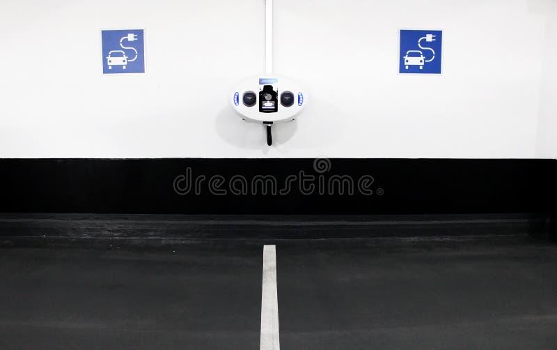 Estação de carregamento do carro elétrico na garagem de estacionamento interna imagem de stock royalty free