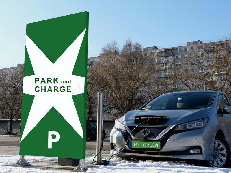 Estação de carregamento do carro elétrico no parque de estacionamento verde fotografia de stock royalty free