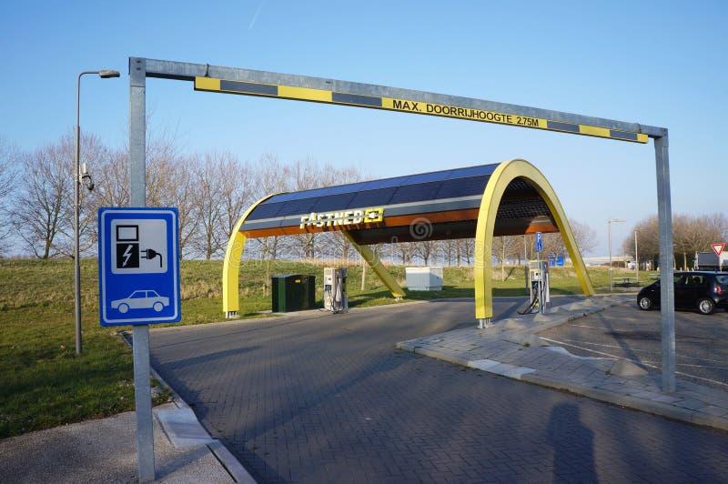 Estação de carregamento de Fastned para carros bondes foto de stock