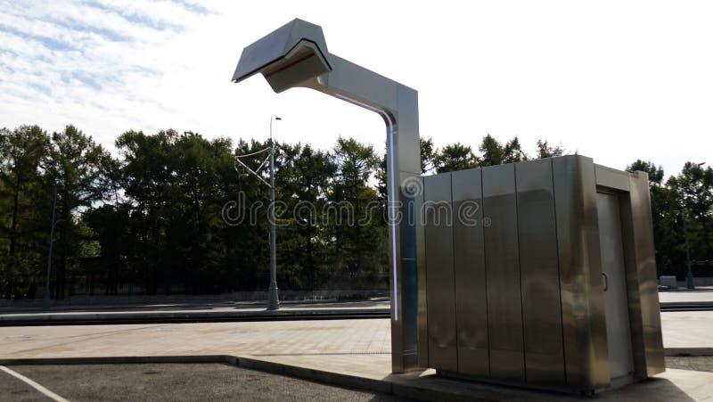 Estação de carregamento para ônibus bondes O conceito do transporte urbano imagem de stock