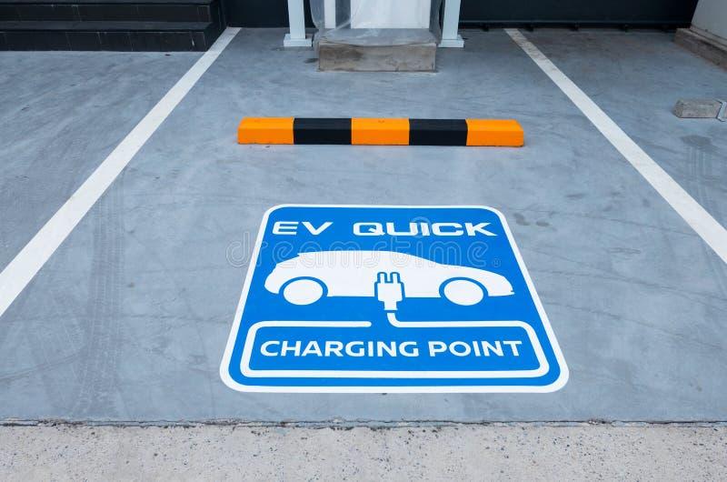 Estação de carregamento para o veículo elétrico Estacionamento exterior do carro ponto de carregamento rápido azul do sinal EV fotografia de stock