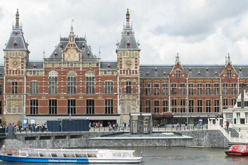 Estação de comboio central em Amsterdão foto de stock royalty free