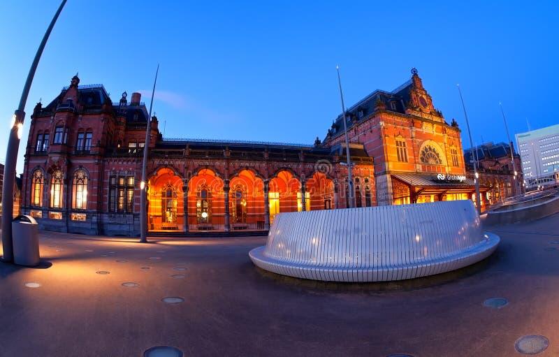 Estação central em Groningen no crepúsculo imagens de stock