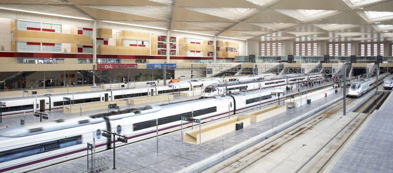 Estação de comboio e plataformas fotografia de stock