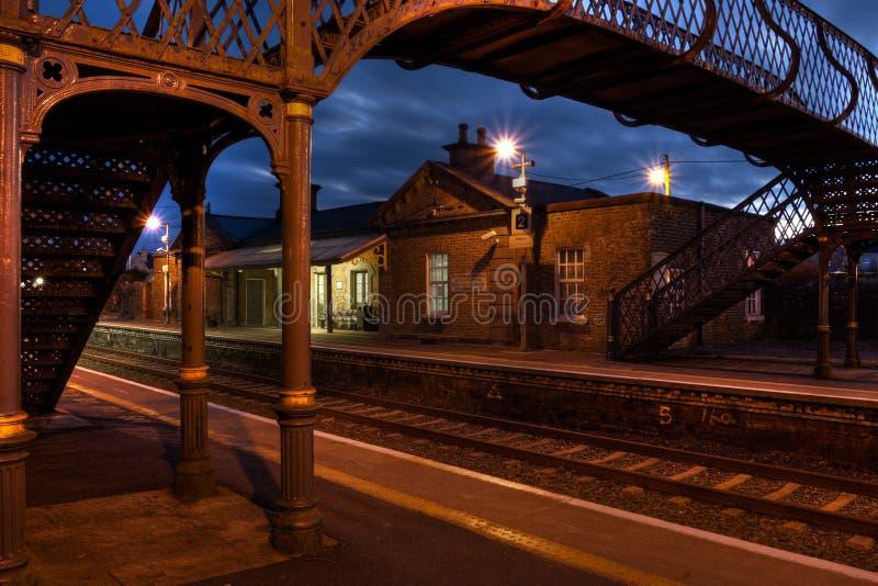 Estação de comboio e ponte velha na noite foto de stock royalty free