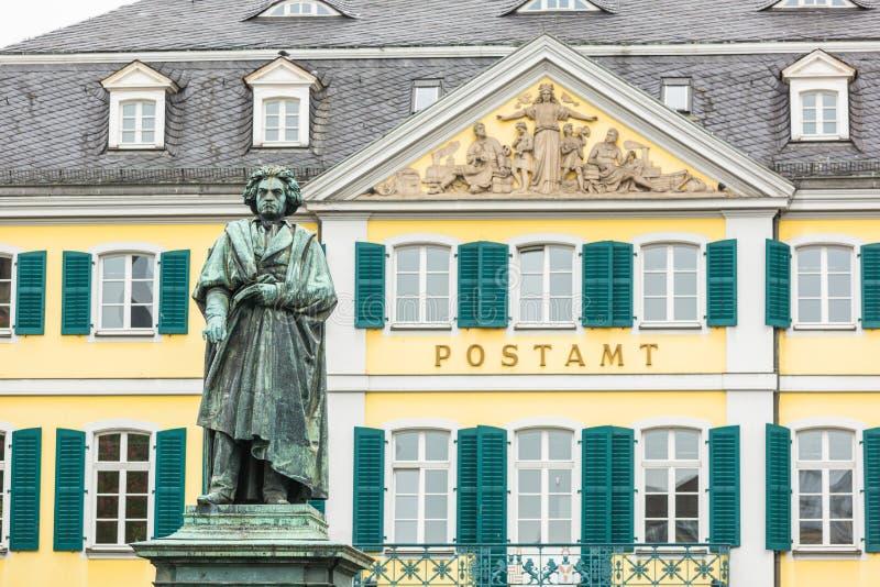 Estação de correios da estátua de Beethoven e do cano principal de Bona fotos de stock royalty free