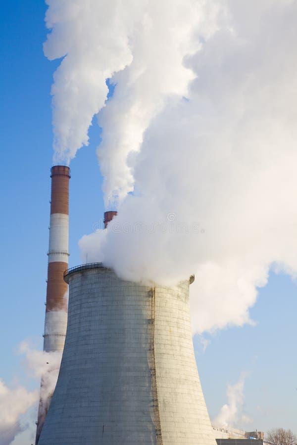 Estação de Energitechesky. O fumo vai das tubulações. imagens de stock royalty free