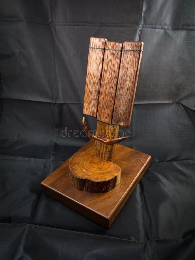 Estação de madeira da doca ou um suporte para o telefone celular celular imagem de stock