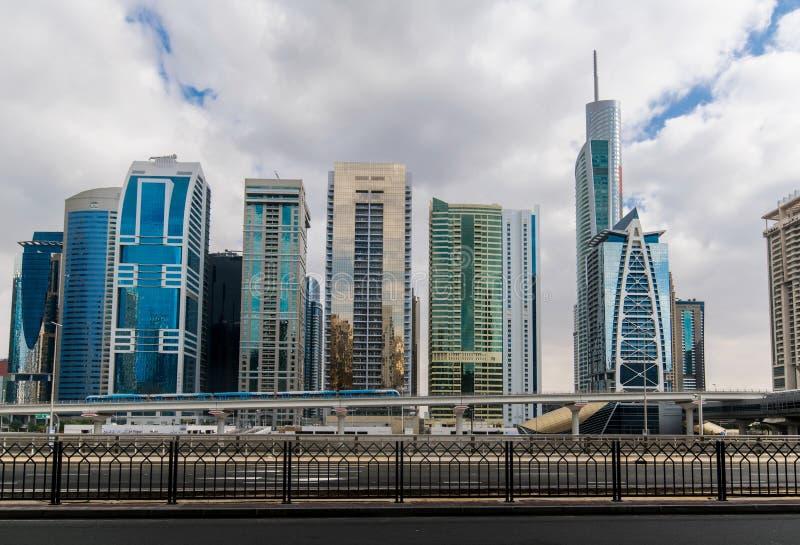 Estação de metro ao lado da estrada de Zayed do xeique em Dubai fotografia de stock royalty free