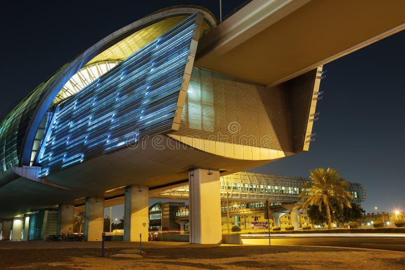 Estação de metro do metro na noite em Dubai foto de stock