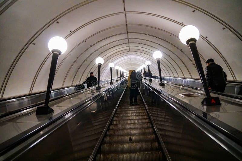 Estação de metro de Moscou, poucas pessoas foto de stock