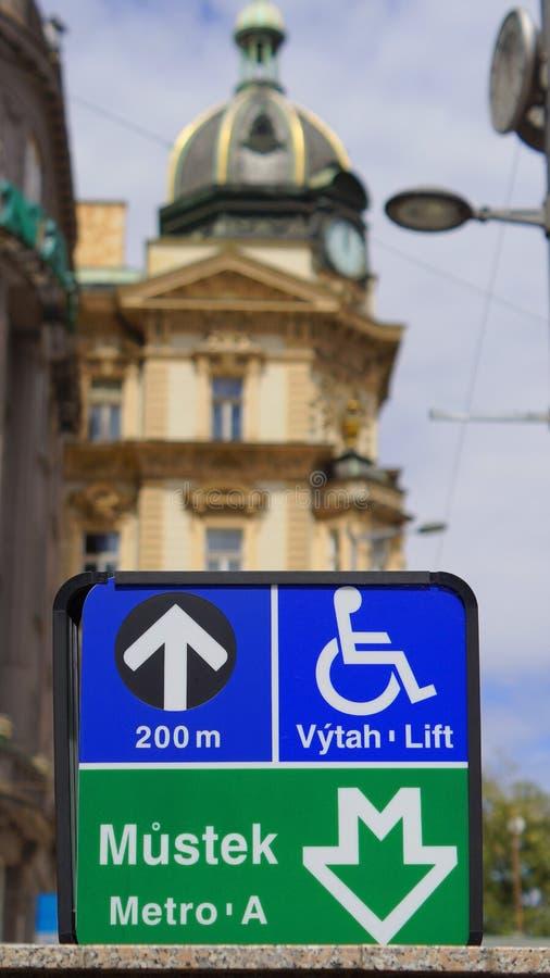 Estação de metro de Mustek do ponteiro do sinal na rua em Praga imagens de stock