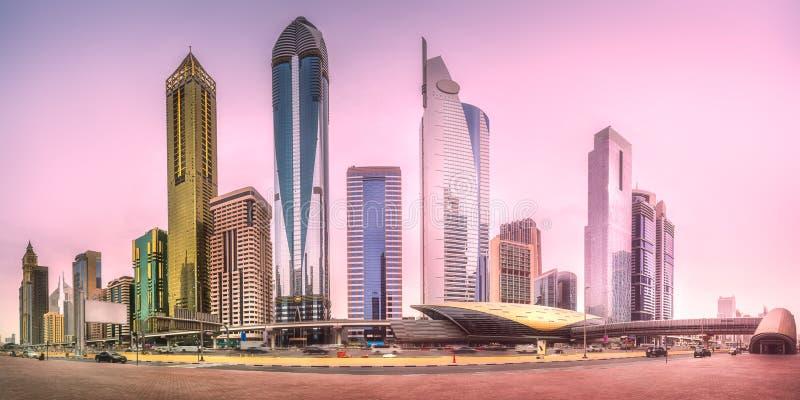 Estação de metro no distrito financeiro Dubai, UAE fotografia de stock