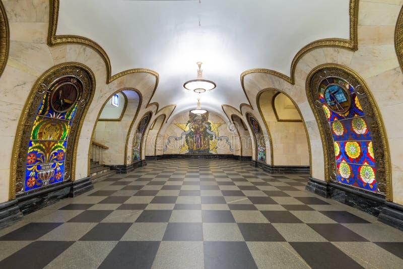 A estação de metro Novoslobodskaya em Moscovo, Rússia imagens de stock