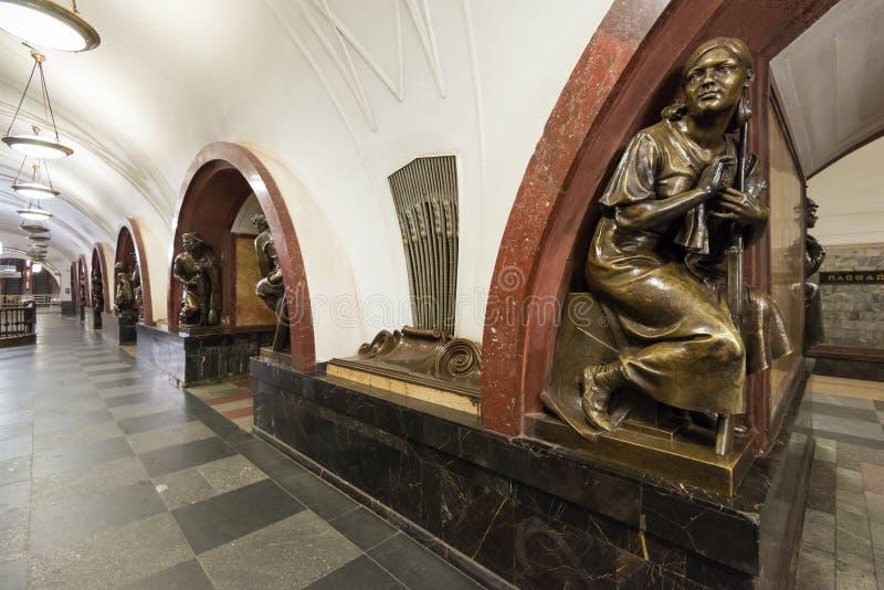 A estação de metro Ploschad Revolutsii em Moscovo, Rússia fotografia de stock royalty free
