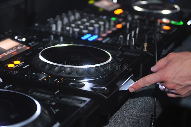 Estação de mistura e plataforma giratória do DJ imagens de stock