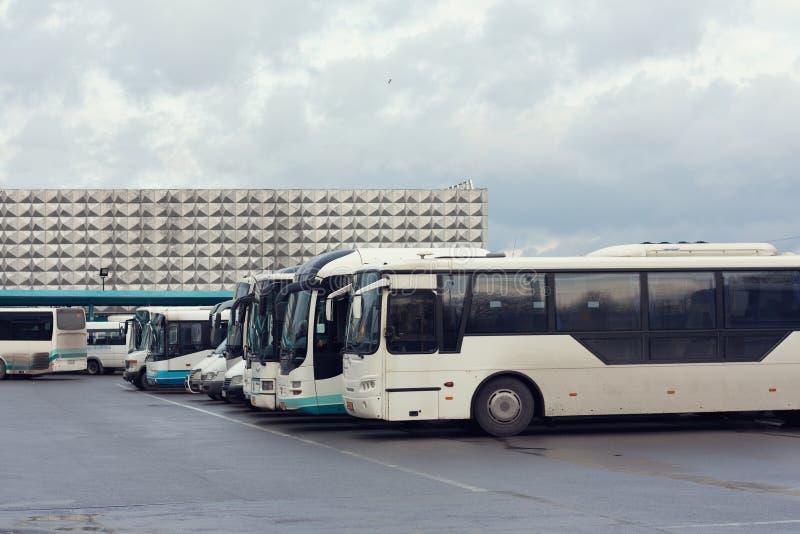 A estação de ônibus, muitos carros fotografia de stock