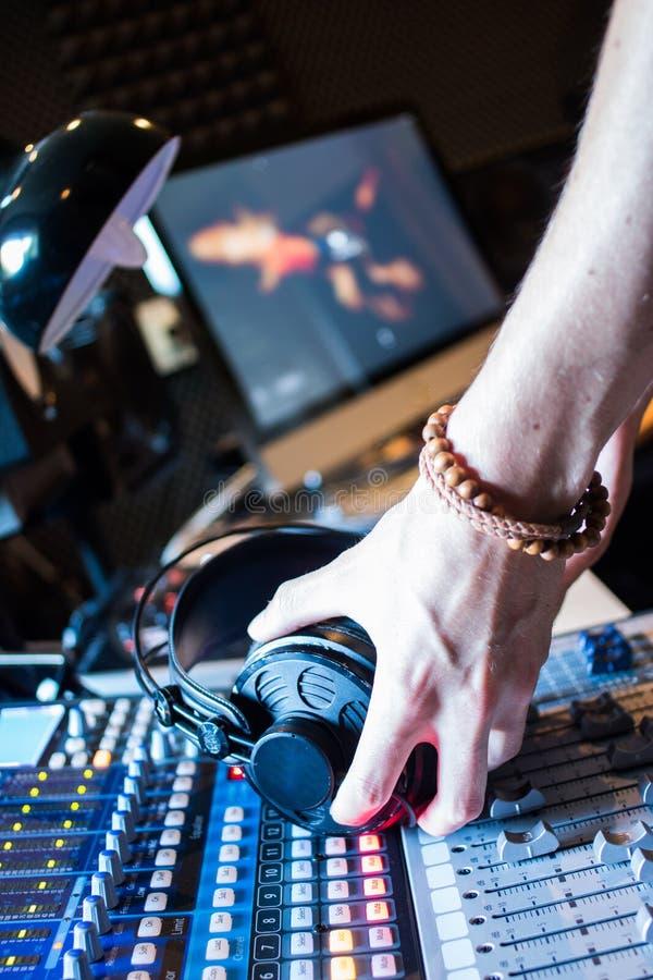 Estação de rádio: Fones de ouvido em uma mesa do misturador em um estúdio de gravação sonora profissional fotos de stock royalty free