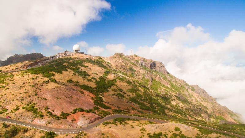 A estação de radar em Pico faz Arieiro, opinião aérea de Madeira, Portugal fotografia de stock