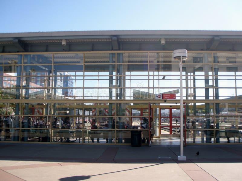 2010: Estação de San Francisco Station Caltrain durante o dia fotografia de stock