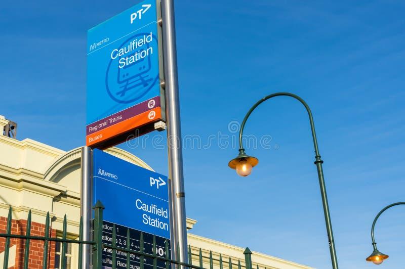 A estação de trem de Caulfield na cidade de Glen Eira é um estação de caminhos-de-ferro suburbano principal imagens de stock royalty free