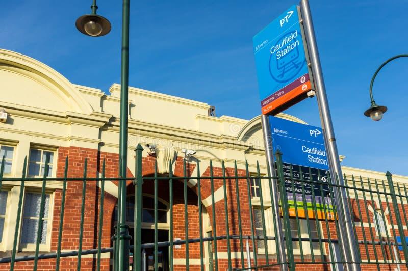 A estação de trem de Caulfield na cidade de Glen Eira é um estação de caminhos-de-ferro suburbano principal fotos de stock